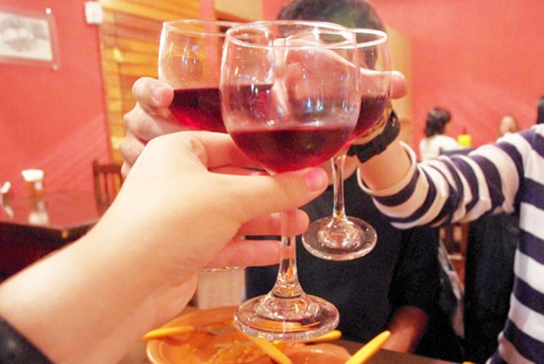Brinde com vinho da casa Zuppa
