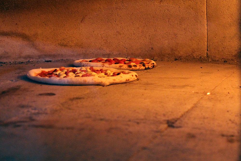 pizzas são feitas no forno a lenha!