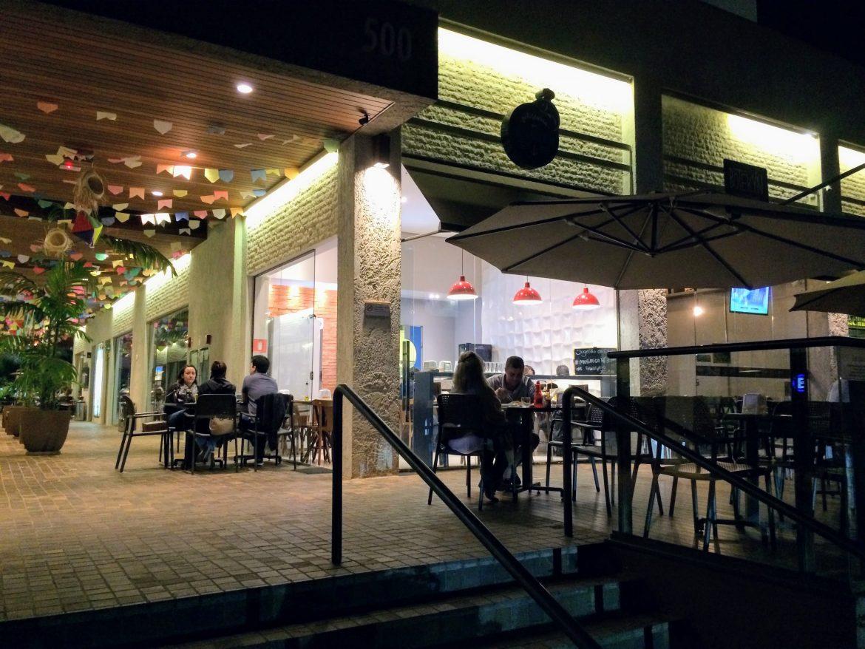 A petiscaria é um local pequeno, com poucas mesas, mas você pode sentar na varanda do lado de fora ou no corredor da galeria.