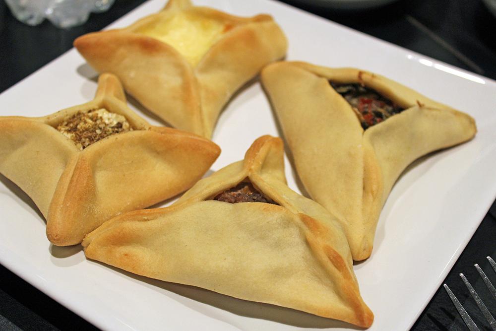 Na foto: esfiha de carne, queijo cremoso, coalhada e verdura. E também tem de zaatar (mistura incrível de especiarias árabes) e de carne com cebola caramelizada.
