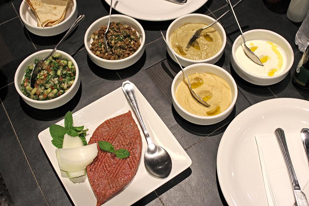 Comida cheirosa: os pratos frios arrasam no equilíbrio dos temperos característicos da culinária árabe; impossível parar de comer.