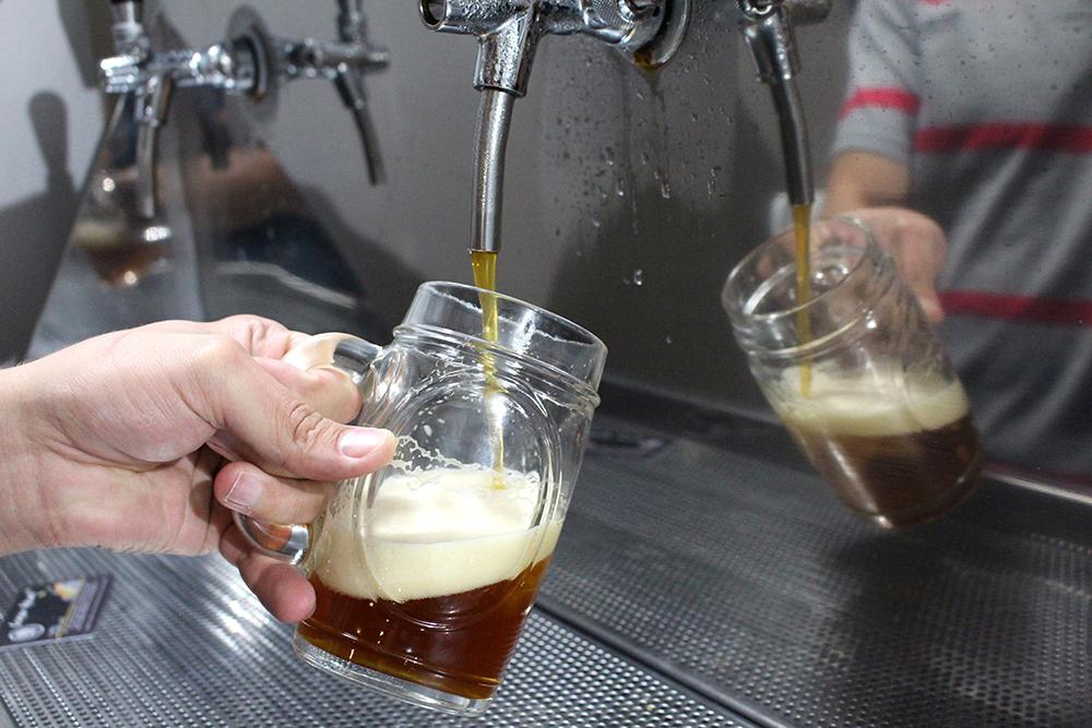 On tap: Helmut II, uma Wood-Aged Beer da londrinense Cervejaria von Borstel. Maturada em barris de carvalho que, anteriormente, armazenaram whisky, ela é mais forte do que as nossas tradicionais e tem um sabor que remete ao carvalho e ao whisky. Vale muito a pena conhecer!